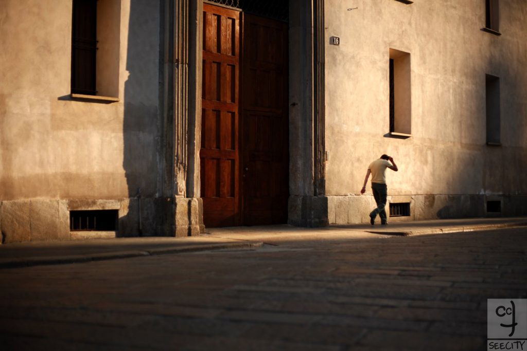 027-cover-walking-by-milano