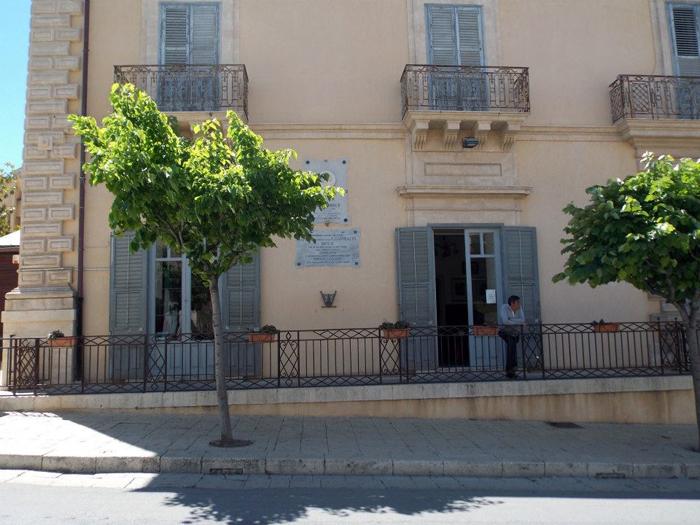 Ispica_ Palazzo della società operaia Garibaldi