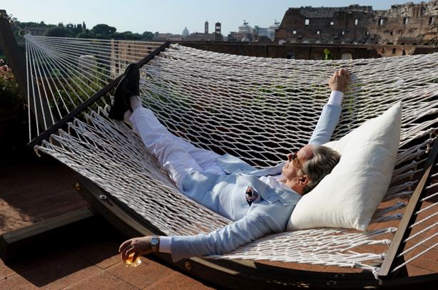 Jep sulla sua terrazza in uno dei suoi infiniti momenti di indolenza.
