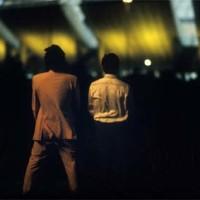"""La critica di Piva: Toni e Vito urinano davanti allo stadio San Nicola, simbolo dello spreco """"made in Italy""""."""