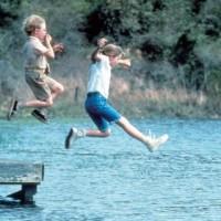 Vera e Thomas J si tuffano nel lago durante una delle loro avventure estive: la scuola è molto lontana dai loro pensieri.