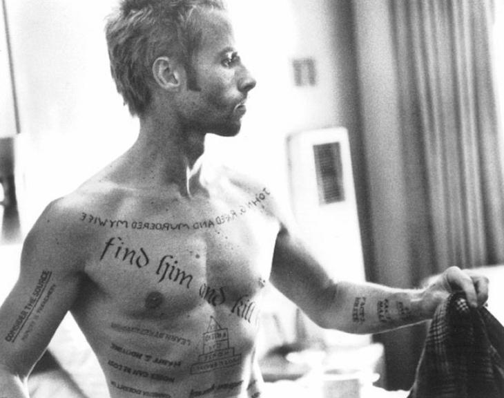 Guy Pearce interpreta Leonard Shelby, protagonista del film, costretto a tatuarsi addosso i nuovi ricordi per arrivare alla sua vendetta.