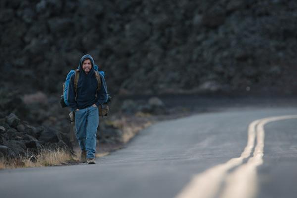 Chris, interpretato da Emile Hirsch, zaino in spalla è diretto verso l'Alaska con qualsiasi mezzo.