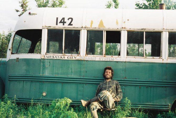 Il ritrovato e felice Christopher Johnson McCandless davanti alla sua casa nella natura selvaggia.