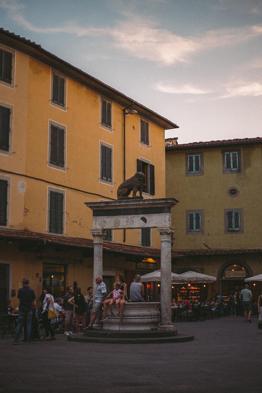"""L'ora del tramonto è il momento in cui Piazza della Sala e i vicoli attorno iniziano a trasformarsi in un'unica grande """"sala da cena""""."""