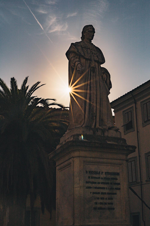 La statua del Cardinale Forteguerri in Piazza dello Spirito Santo, Pistoia.