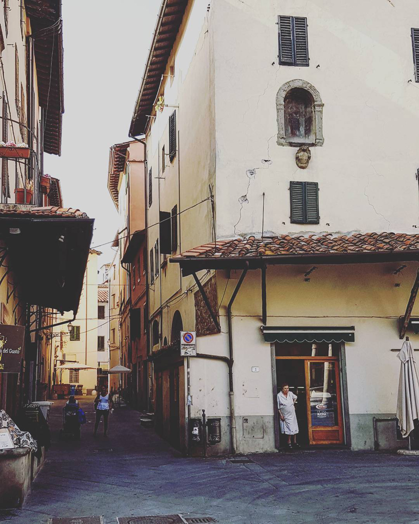 Un posto intimo, un salotto, una sala | vedi la foto su Instagram